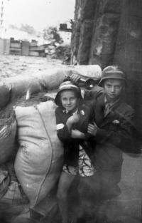 Bojů se účastnily i varšavské děti jako spojky, průvodci v kanálech i na barikádách se zbraní v ruce.