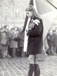 Smuteční průvod na Staroměstském náměstí 20. ledna 1969, na snímku dole budoucí herečka Andrea Čunderlíková