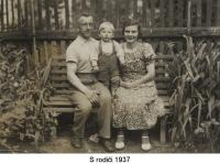 With his parents (1937)