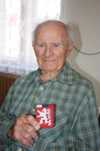 Jiří Boháč s ručně vyrobeným státní znakem