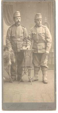 vpravo František Wiendl starší před odchodem na východní frontu 1915