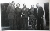S rodiči a přáteli v roce 1960