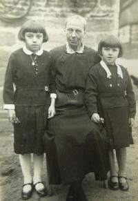 sestry M. s babičkou Matauchovou