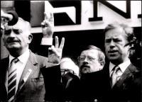 Daniel Kroupa na balkoně s Václavem Havlem v listopadu 1989 (uprostřed), vlevo Dr. V. Šolc