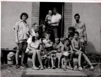 Daniel Kroupa (stojí ve dveřích) na Cholíně, začátek 80. let (Závadovi, Rejholcovi, Jan Cenefelz)