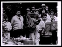 Daniel Kroupa na akci ODA u Máchova pomníku na Petříně v Praze, vedle stojí hudebník, politik (jeho spolustraník), moderátor Michal Prokop, na klarinet hraje jeho syn Mikuláš Kroupa