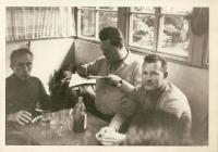 Staří kamarádi po návratu z vězení - Oldřich Rottenborn uprostřed