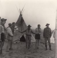 Roveři, skauti, tábor, 1966 - M. Kopt vpravo s kloboukem