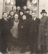 Širší rodina M. Kopta (druhý stojící zleva), otec Karl Kopt (1. zleva), matka Halena (nahoře ve dveřích vpravo)
