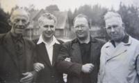 Josef Špak v Českých Budějovicích s přáteli ze sboru v roce 1955