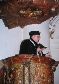 Josef Špak jako patriarcha CČSH u sv. Mikuláše v Praze v roce 2000
