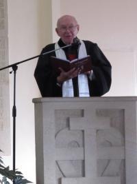 Josef Špak sloužící bohoslužbu