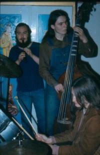 Jiří Fiedor sbasou, vpozadí Zdeněk Lacina, jam session na baráku manželů Vaculovičových vKroměříži vroce 1983