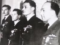 Gablech při dekorování Polským válečným křížem v Londýně