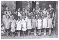 Dagmar (third row, next to the teacher) in the first grade of primary school in Vlašský dvůr (Kutná Hora, 1935-36), teacher Marie Marková