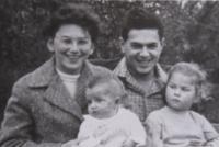 Dagmar se svojí rodinou - manželem a dvěma dětmi - rok 1959