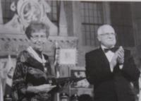Dagmar přebírá z rukou prezidenta republiky Václava Klause řád T. G. Masaryka