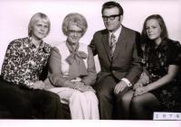 Pavel a Věra Olivovi s dětmi v roce 1974