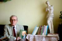 Pavel Oliva s několika svými knihami (2011)