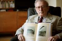 Pavel Oliva s knihou Svědectví od Alfreda Kantora (2011)
