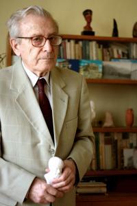 Pavel Oliva s bustou Aristotela před knihovnou se suvenýry z cest (2011)