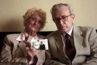 Pavel a Věra Olivovi s archivní rodinnou fotografií (2011)