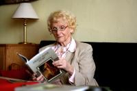 Věra Olivová se svou knihou Dějiny nové doby