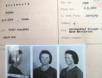 Vězeňská fotografie matky