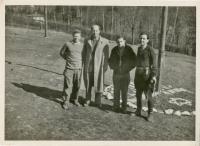 ze sionistického táboru - Zwi Batscha první zprava