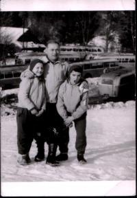 Jan Bugel s dětmi v 60. letech 20 .st.
