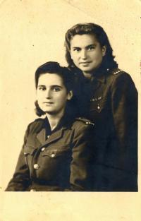 Jiřina Bajborová (vpravo)