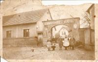 Hostinec u Justů - v puntíkaté zástěře uprostřed stojí maminka pamětnice