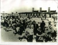 podzim 1944, Birkenau Osvětim, Ilsa Maierová je dívkou v první polovině průvodu, usměvavá Židovka, před ní kráčí Markéta Nováková