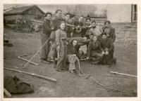 Ruth Rita Vogelová na sionistickém táboře na Slovensku, třetí zleva