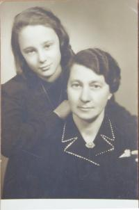 Rita Vogelová s matkou po válce v Prostějově