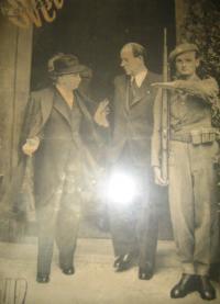 V Hradní stráži, zleva: Edvard Beneš, Antonín Zápotocký, Josef Fronc