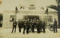 hasičsská zbrojnice v Zawidowě, otec V.K. druhý zleva v popředí