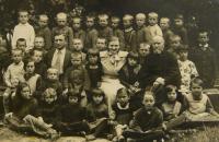 školní třída v Hulči, V.K. nad ramenem učitelky
