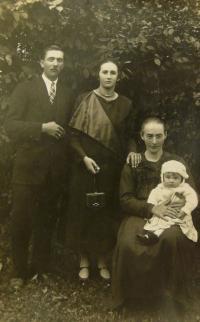 V.K. s matkou, otcem a babičkou Tintěrovou