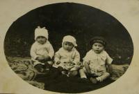 V.K. uprostřed s bratrancem a kamarádem