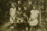 V.K. uprostřed se sestrou, bratranci a sestřenicemi