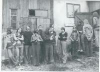 Fotografie z léta 1977 v Kateřinkách u Liberce na statku M. Strnada  - Tudora. Dana Němcová pátá zprava, vpravo od ní dcera Pavla, druhý zprava zády otočený syn David. Třetí zleva Sváťa Karásek, pátý zleva Pavel Zajíček čerstvě propuštěný z vězení.