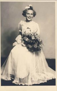 Dana Němcová jako družička cca 1941