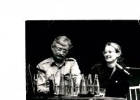 Monika Pajerová s Jiřím Dienstbierem, tisková konference OF, 1989