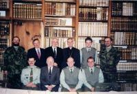 Farář Dus dolní řada 2. zleva. Vojenští kaplani a představitelé církví - duchovní služba, Kostelní Vydří 2001