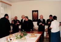 Farář Dus třetí zprava, po podpisu smlouvy mezi církvemi a Ministerstvem obrany, Praha 1998