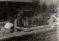 Jaromírův bratr vlevo, mládežnická brigáda, stavba kostela ve Kdyni, asi 1958