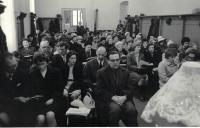 Farář Dus káže sboru ve Vršovicích, Praha asi 1969