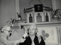 Sestra Gerta Figulusová, (narozena 22.12.1912), potomek Komenského, s farářem Dusem, Praha Vinohrady 14.4.1992