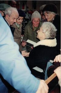 Sestra Gerta Figulusová, potomek Komenského, při návštěvě vinohradského sboru, Praha 14.4.1992